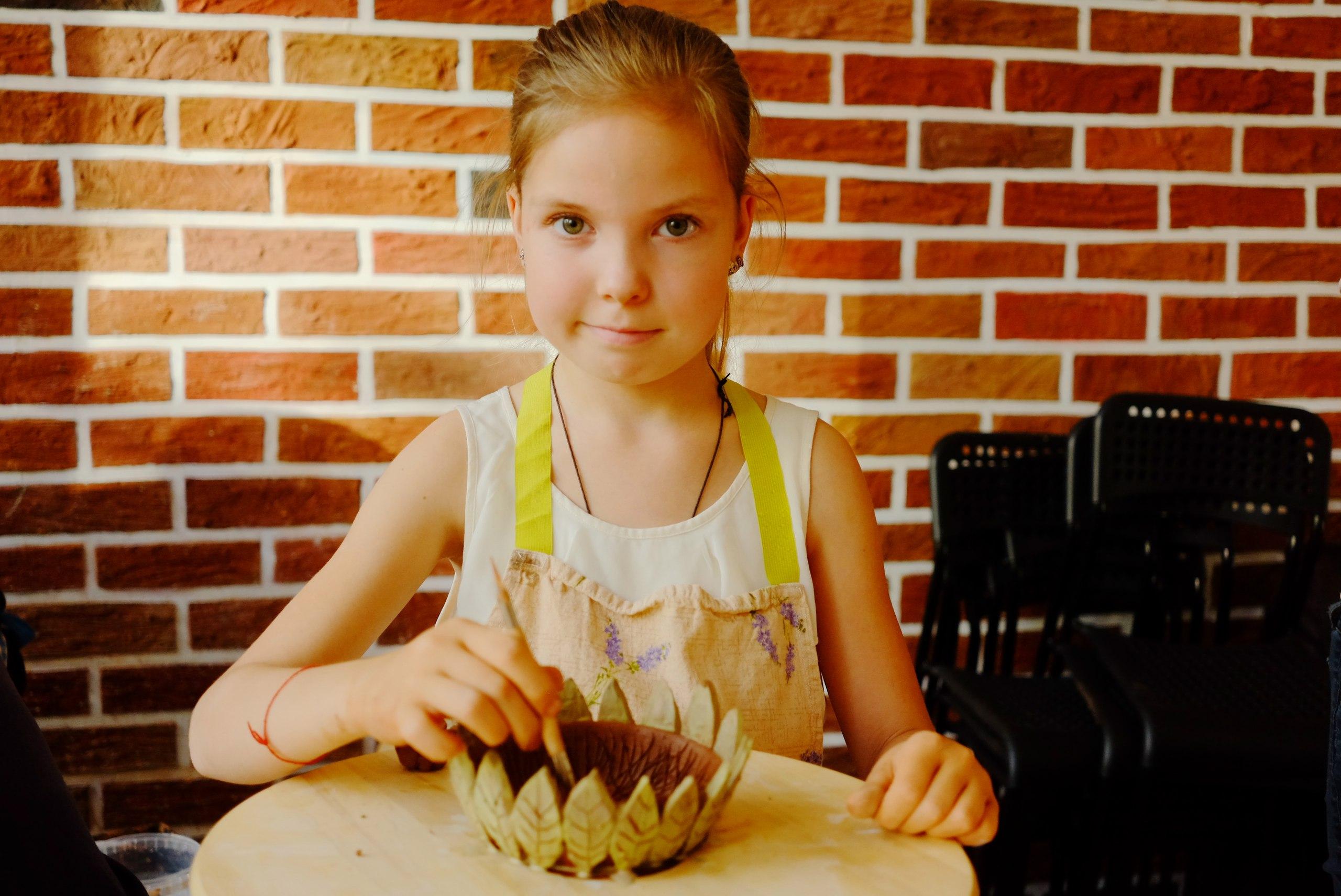 девочка делает тарелку