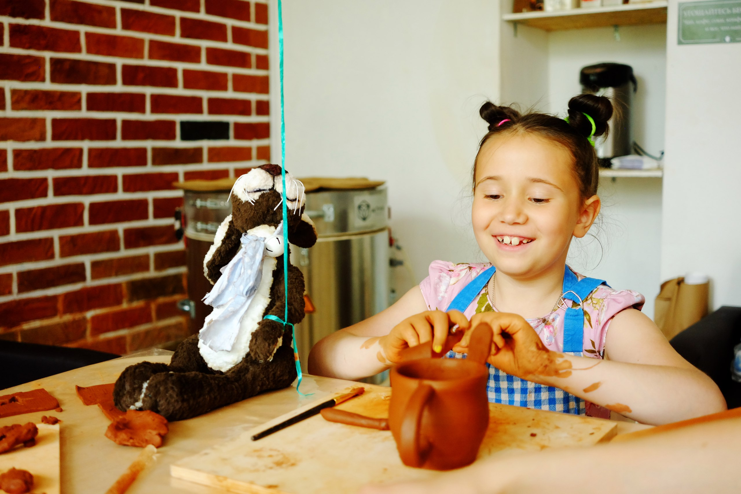 ребенок делает чашку