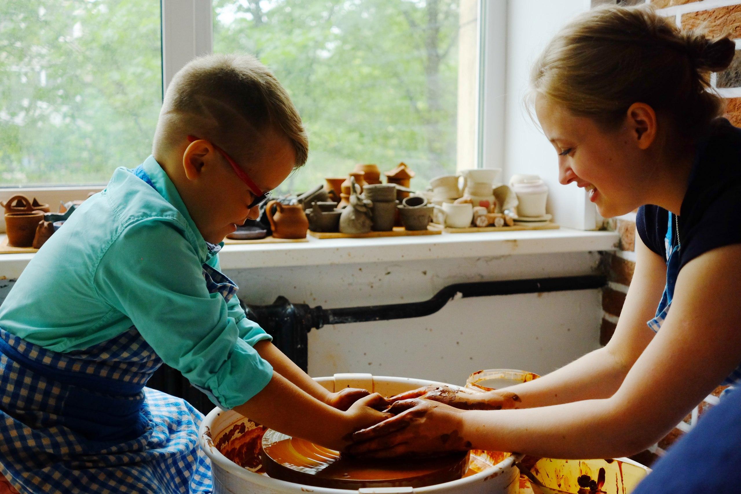 мальчик гончарит с мастером
